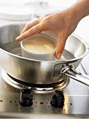 Bayerische Creme: Förmchen vorm Stürzen in heisses Wasser tauchen
