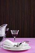 Edles weisses Geschirr, Stoffserviette und Rotwein