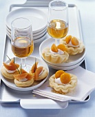 Brioche tarts with savoury papaya cream, with an aperitif