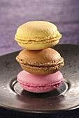 Drei Macarons (gefülltes Makronengebäck, Frankreich)