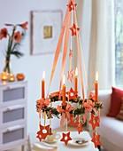 Hängender Adventskranz mit Tanne, Kerzen, Sternen, Lebkuchen