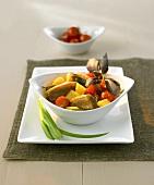 Rotes Entencurry mit Ananas und Kirschtomaten