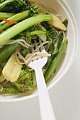 Eine asiatische Suppenschüssel mit Nudeln und Gemüse (Detailaufnahme)