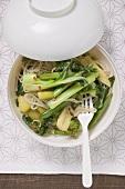 Eine asiatische Suppenschüssel mit Nudeln und Gemüse