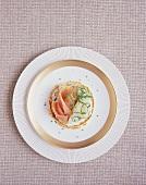Pancake mit Schnittlauch-Creme, Räucherlachs und Gurke