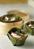 Erdnuss-Hähnchen im Bananenblatt aus dem Bambusdämpfer