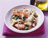 Wholemeal spelt pasta with prawns and artichokes