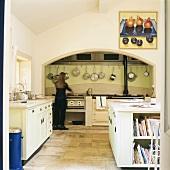 Geräumige Küche mit grossem Küchenblock unter der Dachschräge