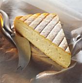 Ein Stück Winzerkäse mit Käsemesser