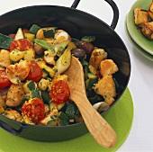 Pfannengericht mit Huhn, Zucchini, Kirschtomaten & Oliven