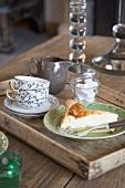 Holztablett mit Tassen und Kuchenstück