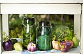 Essiggurken und eingelegte Silberzwiebeln am Küchenfenster