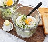 Eier mit Dillgurken im Glas