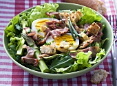 Mixed leaf salad with asparagus, egg and bacon