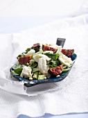 Salat mit Feigen, Büffelmozzarella und Orangen-Honig-Dressing