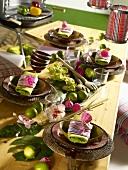 Festlich gedeckter Tisch im karibischen Stil
