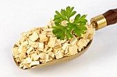 Dried parsley root in a scoop