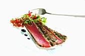 Angebratene Thunfischfilets mit Kräutern