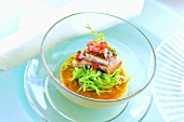 Laksa mit Grüner-Tee-Nudeln, mariniertem Aal und Tomatensalsa