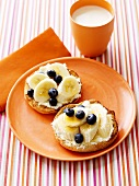 English muffin with banana and blueberries