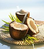 Kokos-Ananas-Drink in ausgehöhlter Kokosnuss