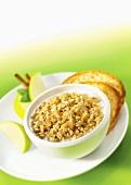 Ein Schälchen Haferflockenbrei (Porridge) mit Apfel und Zimt