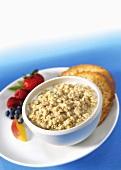 Ein Schälchen Haferflockenbrei (Porridge) mit Beeren