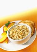 Ein Schälchen Haferflockenbrei (Porridge) mit Pfirsich