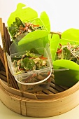 Asiatischer Nudelsalat in Take-Out-Box