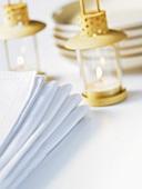Napkins, small lanterns and plates