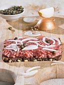 Minced pork, onions and capers on wholegrain bread