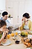 Junge Familie mit Sohn beim Frühstück