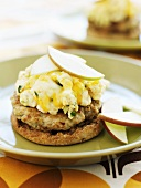 English muffin with turkey burger, scrambled egg & apple slices