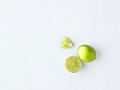 Limetten (ganz, halbiert und Schnitz)