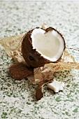 Aufgeschlagene Kokosnuss auf Papier