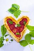 Herzförmiger Blätterteigkuchen mit Erdbeeren