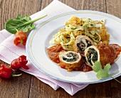 Mit Spinat gefüllte Hähnchenbrust, Paprikasauce, Tagliatelle