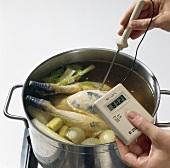 Kerntemperatur bei einem Huhn im Kochtopf messen