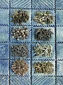 Acht verschiedene Sorten grüner Tee