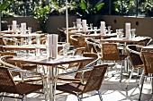 Gedeckte Tische im Cafe (aussen)
