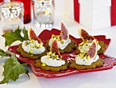 Cheese spread and figs on gingerbread biscuits