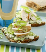 Open sandwich with chicken breast and spring onions