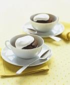 Cup Cakes mit Sahne in zwei Tassen