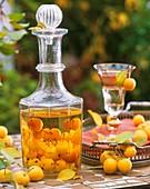 Schnaps, aromatisiert mit Zieräpfeln