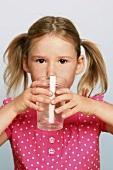 Mädchen trinkt ein Glas Wasser