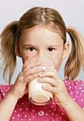 Mädchen trinkt ein Glas Milch