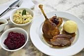 Gänsebraten mit Kartoffelknödel, Rotkohl und Sauerkraut