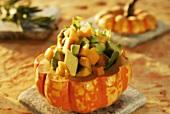 Avocado-Kürbis-Salat in ausgehöhltem Kürbis