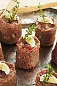 Beef-Tatar-Häppchen mit gekochtem Ei und Thymian