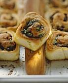 Brotschnecken mit Petersilienpesto und Auberginen